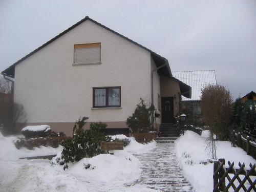Hausansicht im Winter (Eingang)