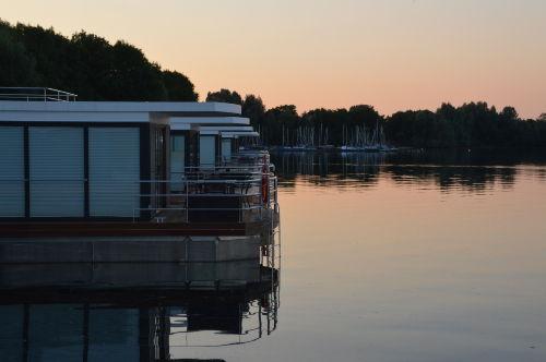 Die Hausboote in abendlicher Stimmung.