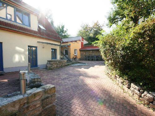 Innenhof mit Gartenmöbeln und Grill