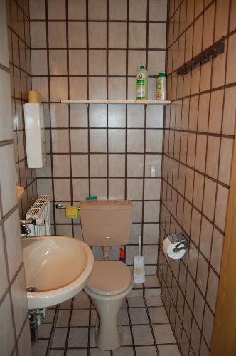 Die Toilette mit Waschbecken