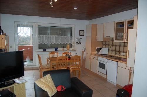 Der Wohnraum mit Essecke und Küchezeile