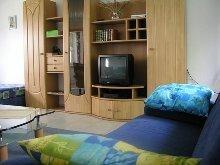Wohnzimmer mit Schrankwand und TV