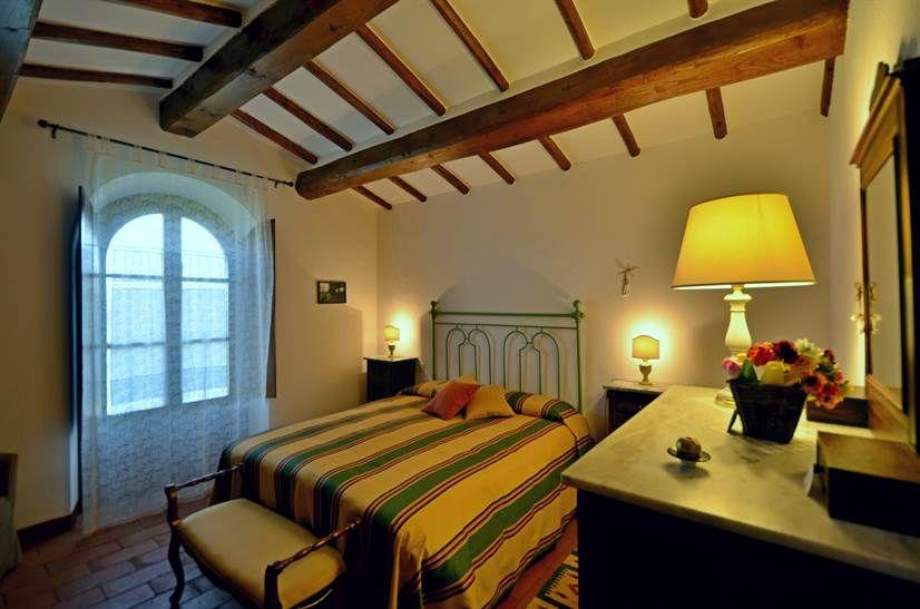 Das Schlafzimmer mit Doppelbett, Schrank