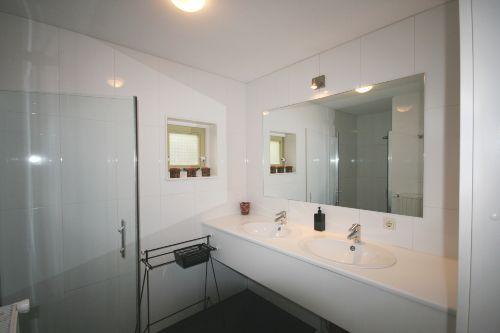 Badezimmer mit Dusche und separates WC