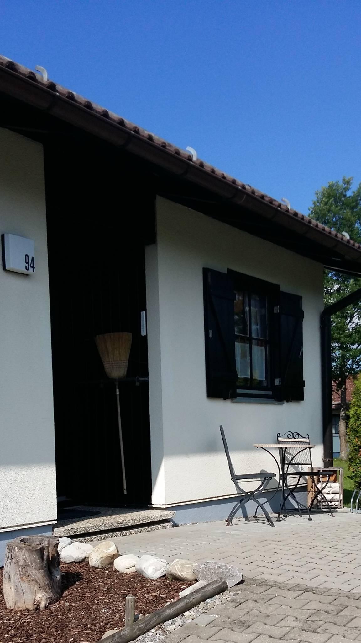 Hauseingang mit Fahrradständer für 4 Räder