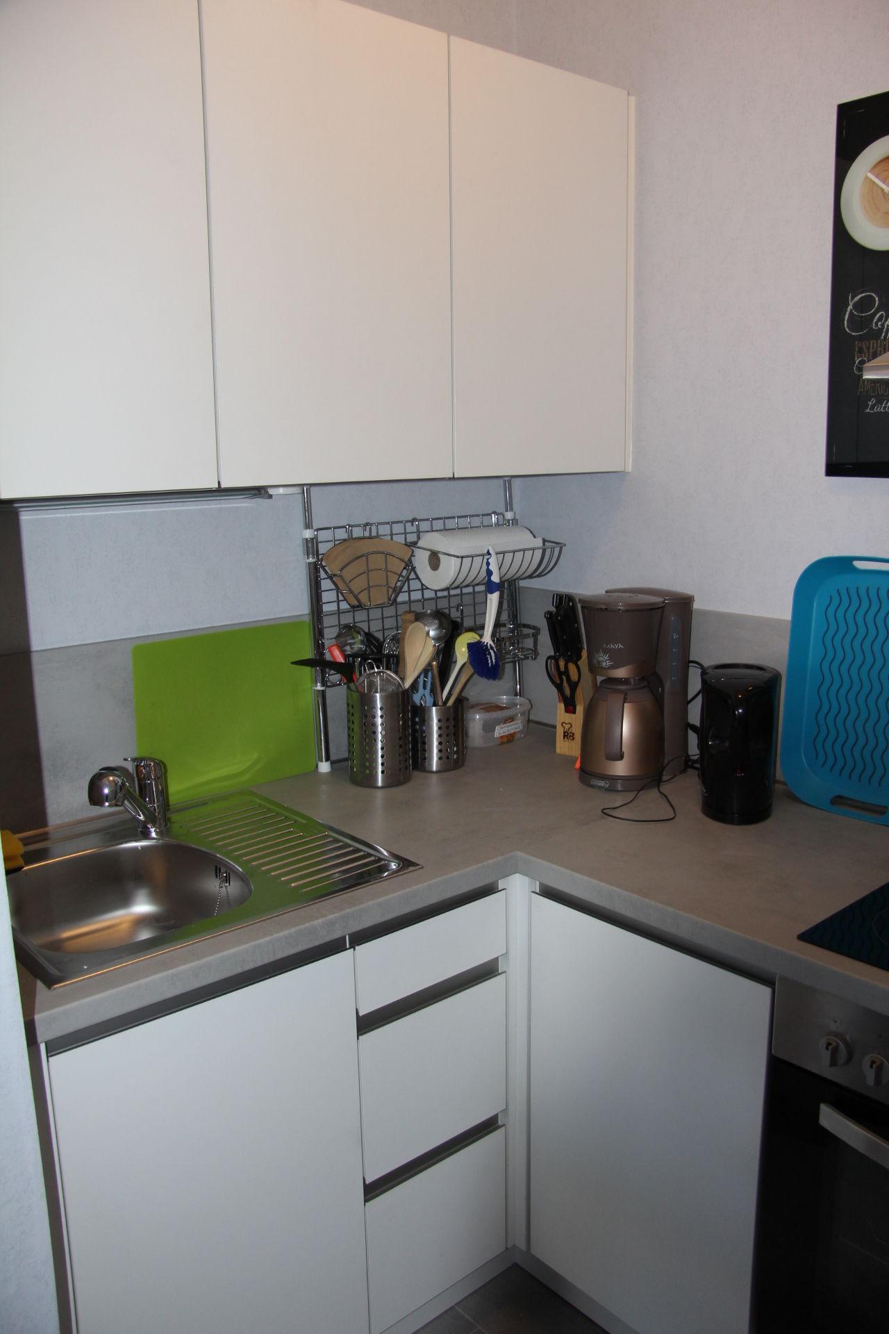 Großer Kühlschrank und Geschirrschrank