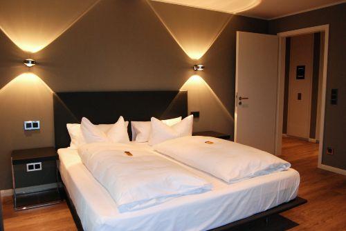 1. Schlafzimmer mit Doppelbett und TV