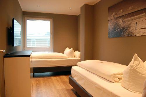 2. Schlafzimmer mit Einzelbetten und TV