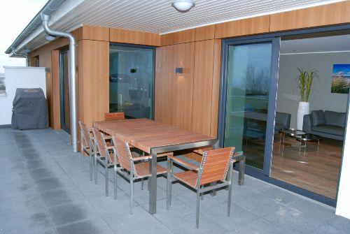 Terrasse mit Gas-Grill und möbliert