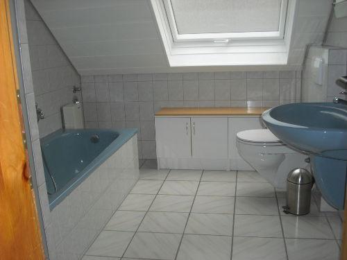 Bad mit Tageslicht, Dusche und Wanne
