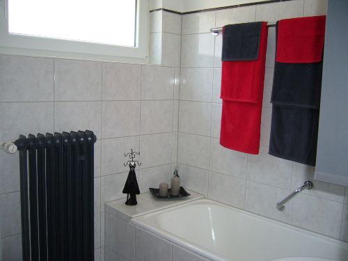 Badezimmer mit Wanne und Waschmaschine