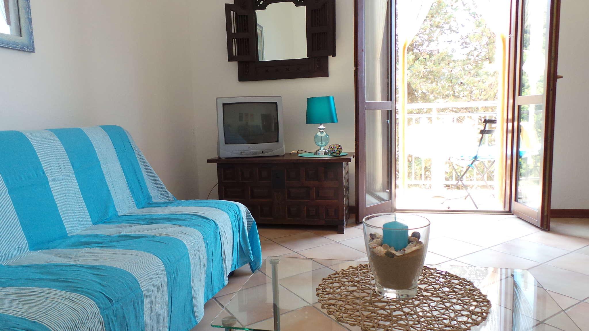Wohnbereich, TV und Tür zum Balkon