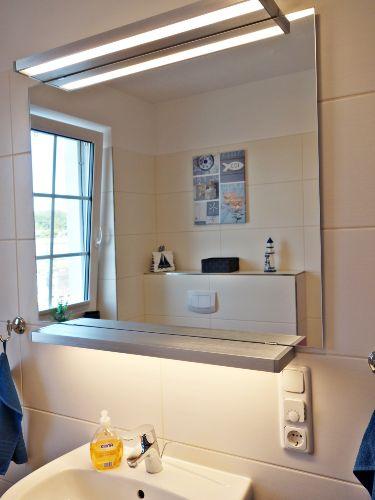Badezimmer mit Dusche im Erdgeschoß