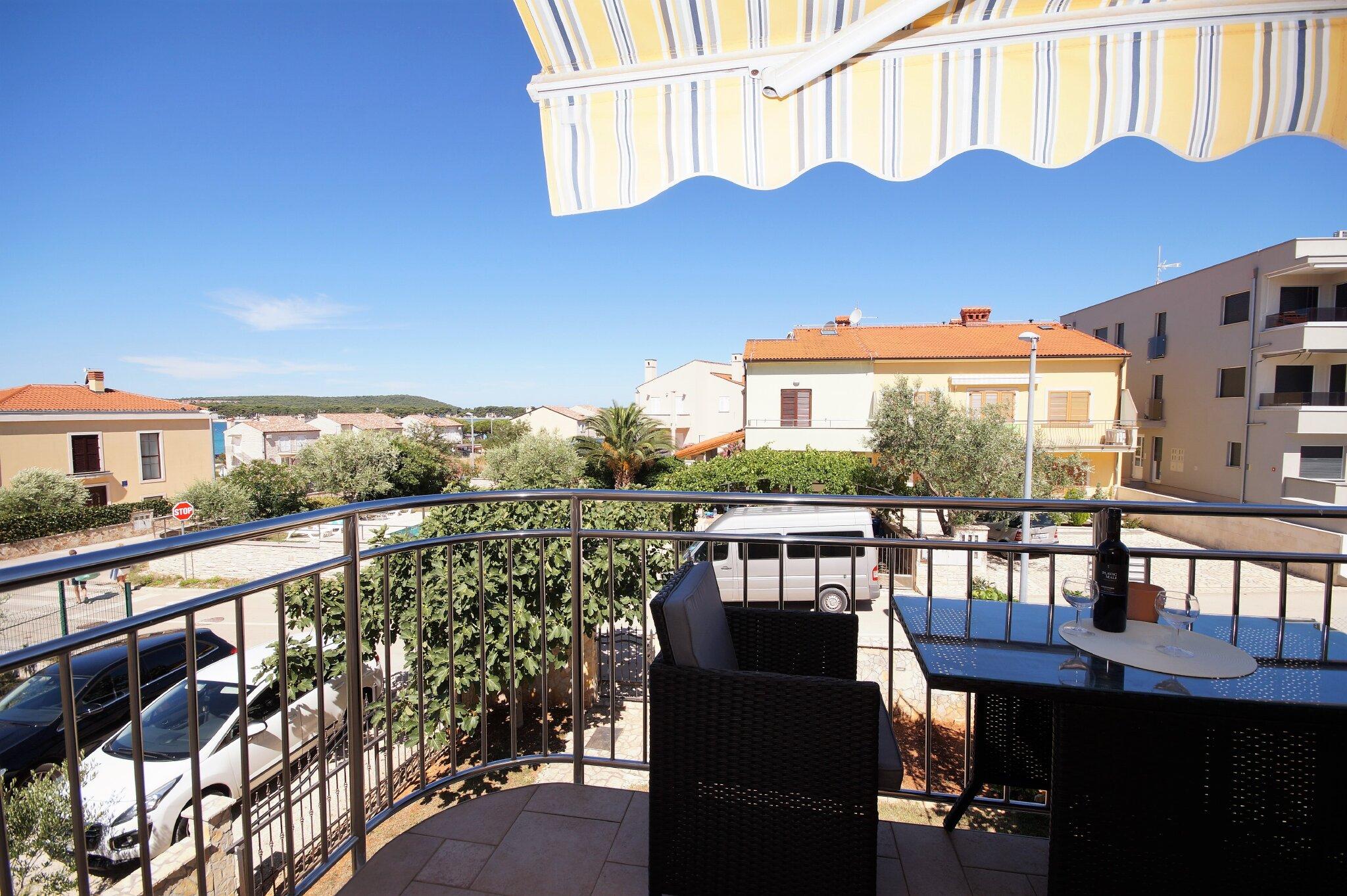 Terrasse mit Meerblick und Blick auf den