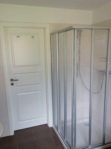 Bad im Obergeschoss mit Dusche und Wanne