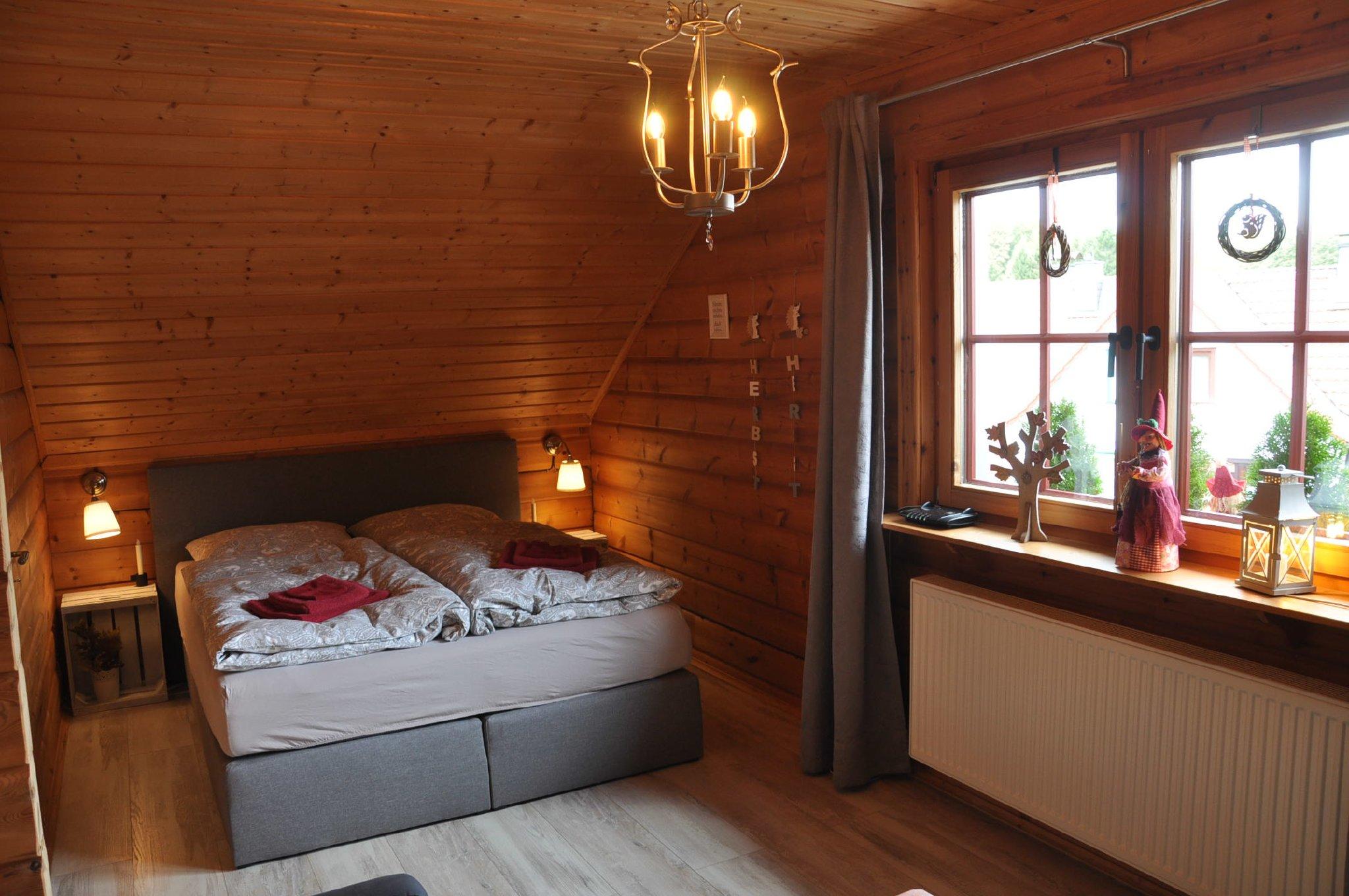Kleineres Schlafzimmer mit 1,60 m Bett