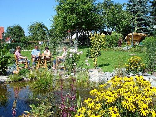 Garten mit Teich und Sitzecke