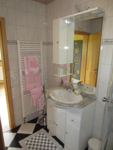 Bad mit Bade - Handtücher ausgestattet.
