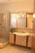 geräumiges Bad mit Dusche
