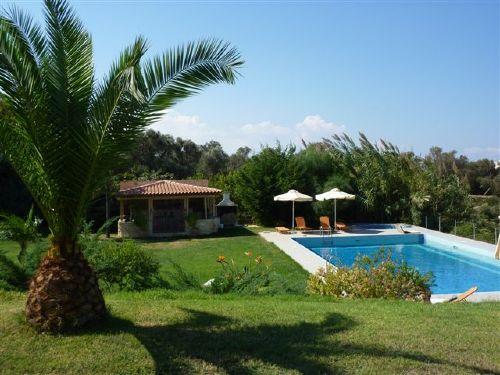 -Blick vom Garten zum Pool