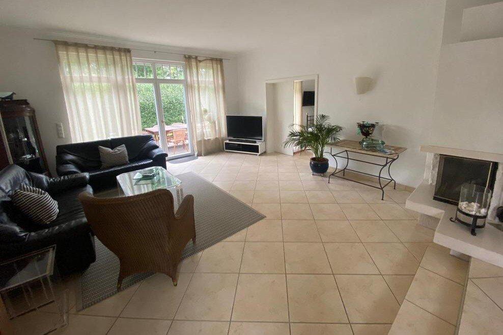Wohnzimmer mit Couchecke und Flat-TV