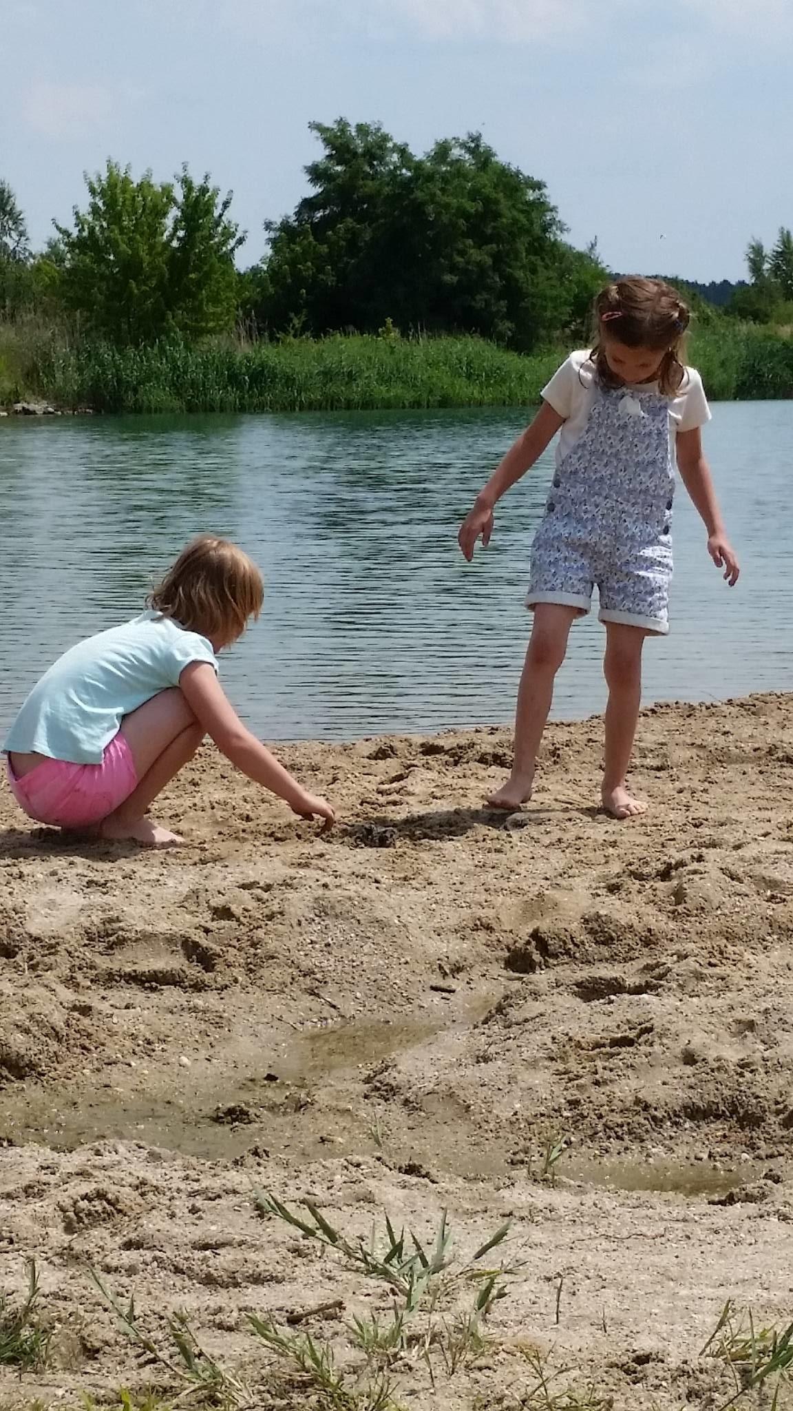Enkeltochter Alina beim Baden am See