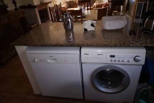 Theke mit Wasch- und Spülmaschine