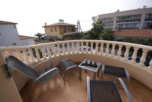 1 Balkon mit Sitzgruppe und Blick zum Meer