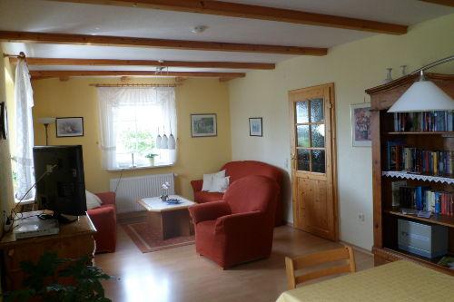 Wohnzimmer mit kleiner Bibliothek