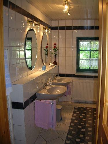 Bad mit Wanne und Dusche im EG