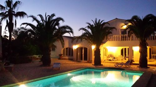 Terrasse und Haus bei Nacht