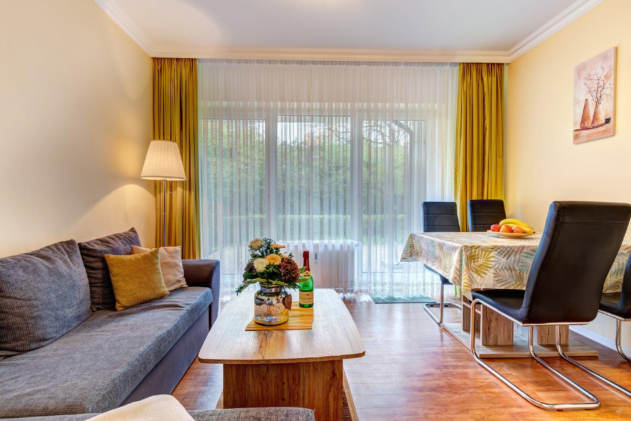 Terrasse: Stühle, Sonnenliege & Schirm