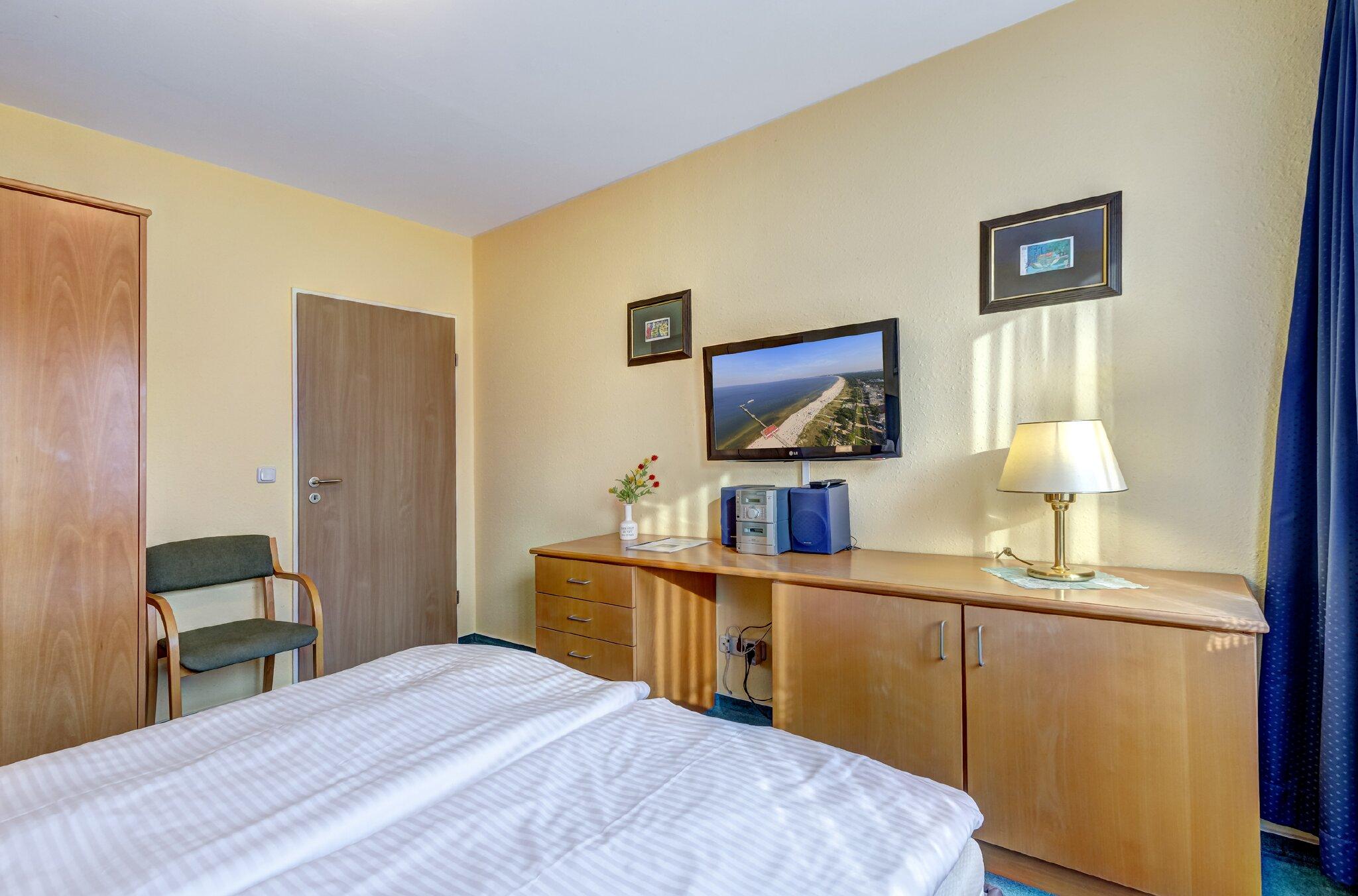 Schlafbereich mit Doppelbett & Flat-TV