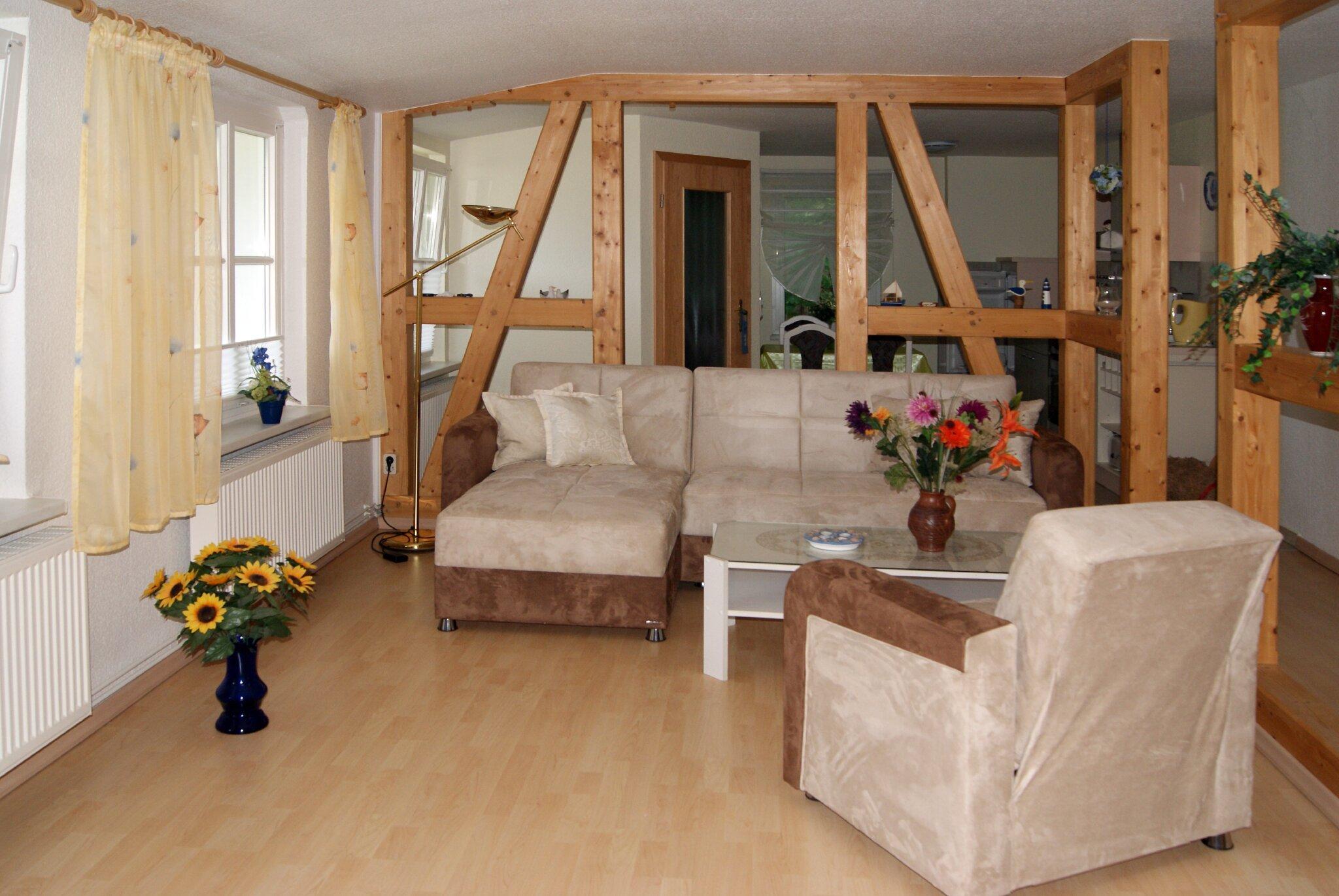 Wohnzimmer mit Holzbalkenkonstruktion