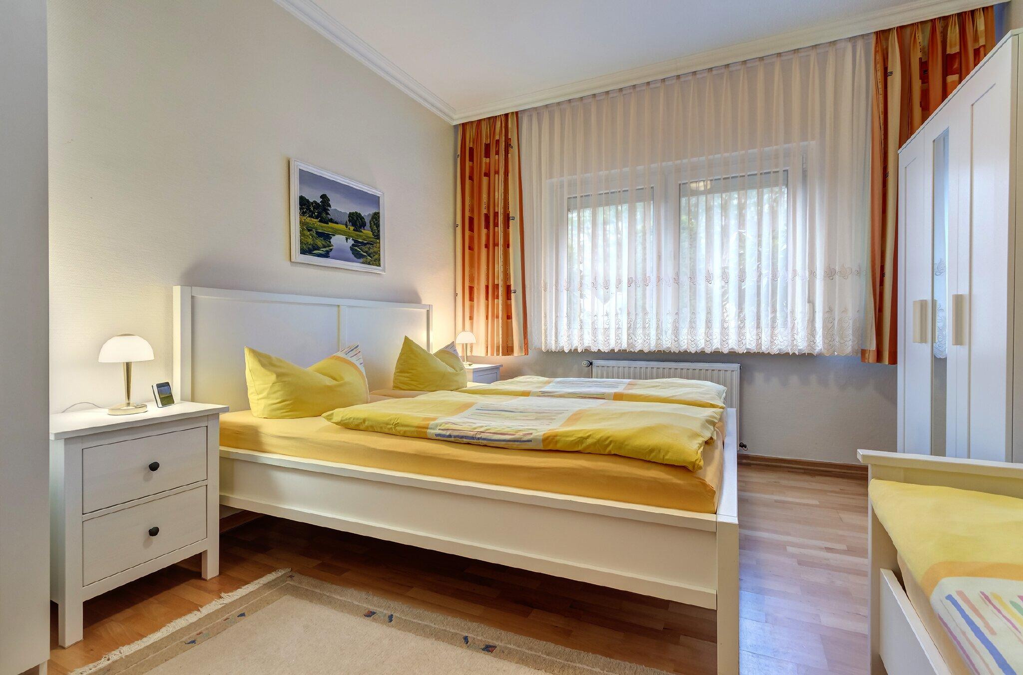 Schlafzimmer mit Doppel- u. Einzelbett