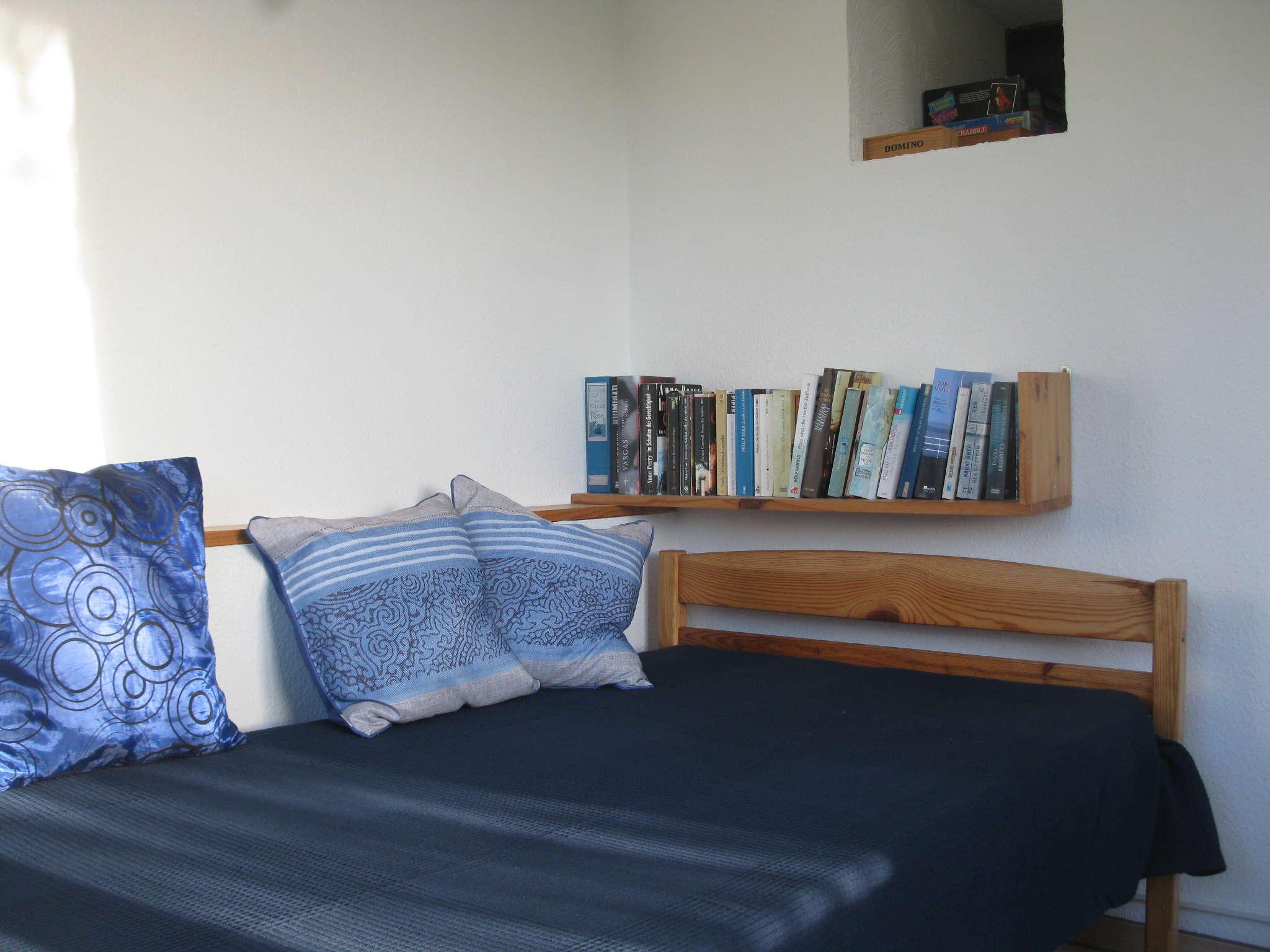Ein Schlafzimmer mit Einzelbett ...