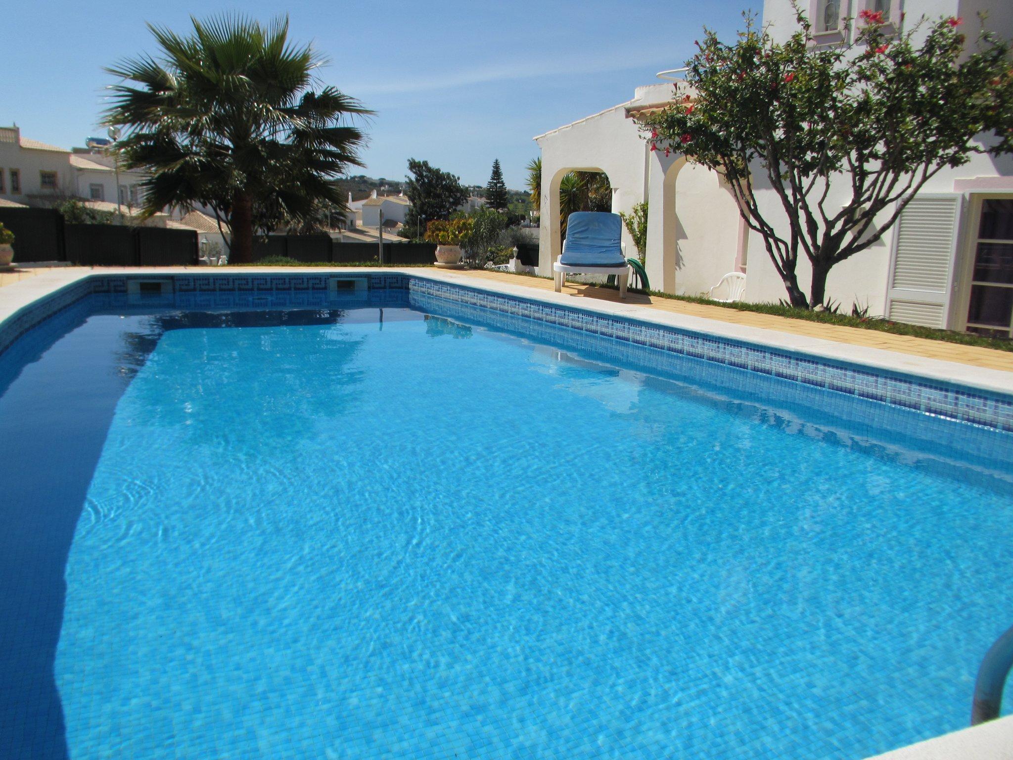 Pool mit Dusche unter der Boganvilla
