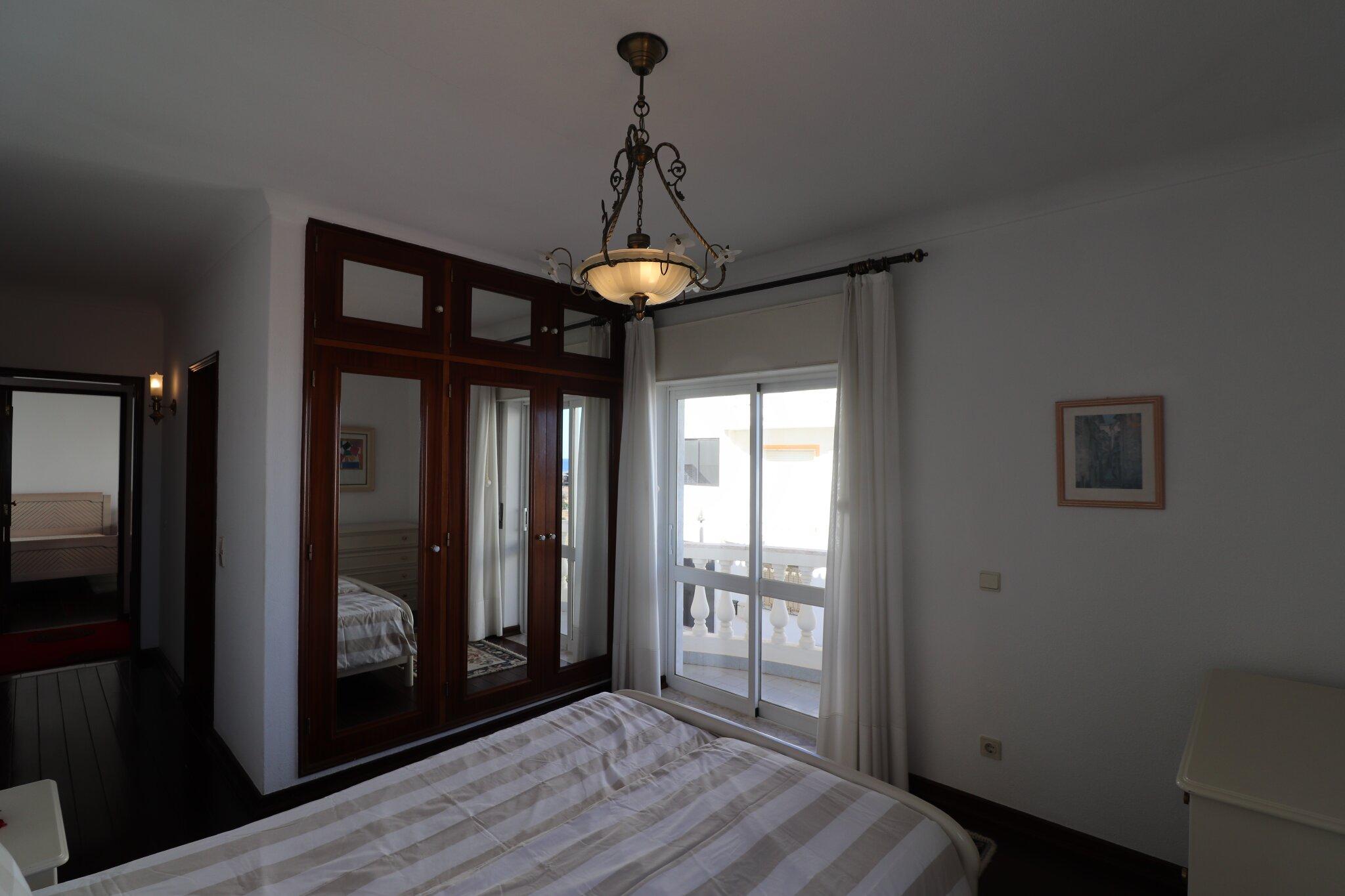 Schlafzimmer mit Doppelbett + Balkon