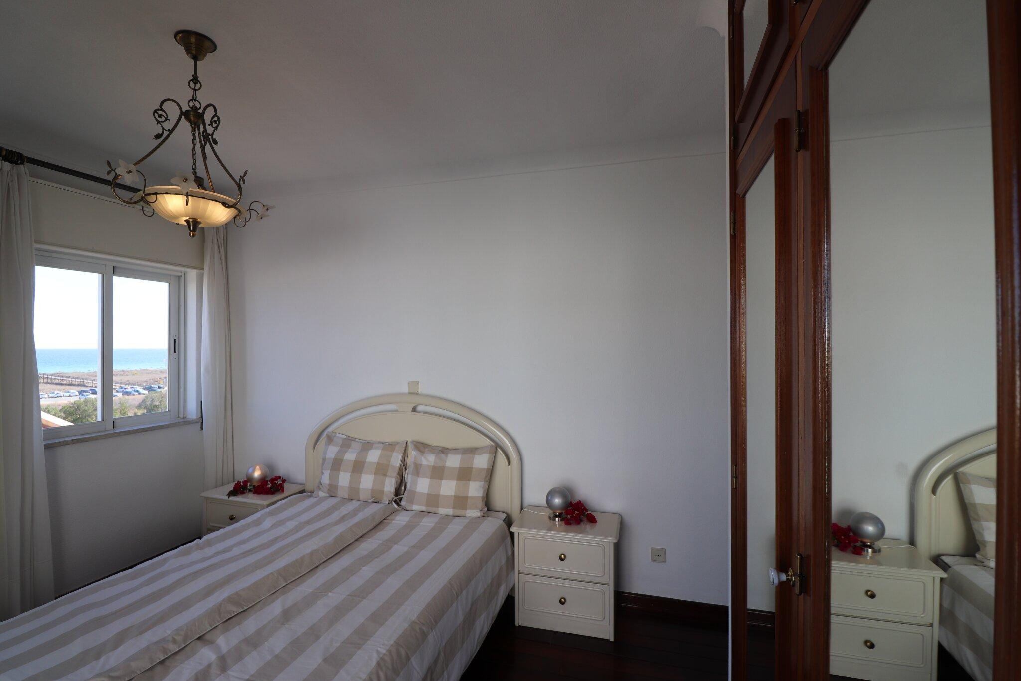 Schlafzimmer mit Einzelbetten + Balkon