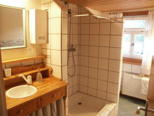 Bad mit Waschtisch, Dusche, WC