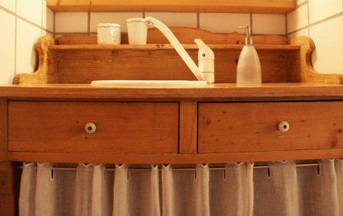 Gut eingepasst: Waschtisch im Bad