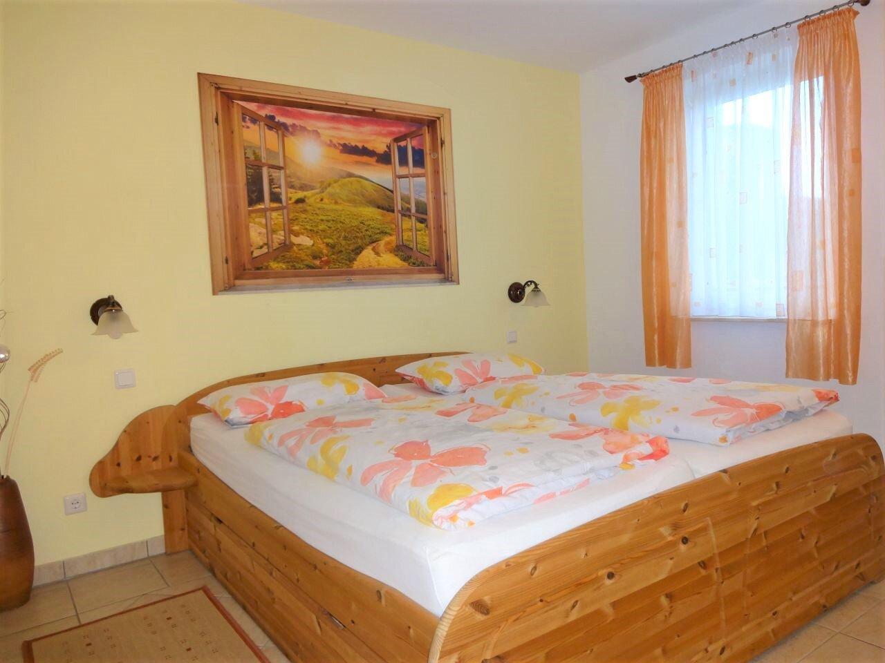 Schlafzimmer mit Massivholz-Doppelbett