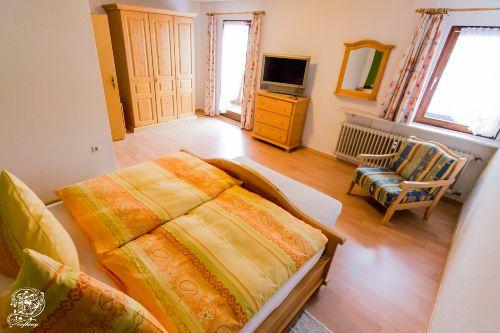 Großes Schlafzimmer mit Fernseher