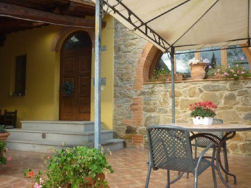 privater Sitzplatz Terrasse vorm Eingang