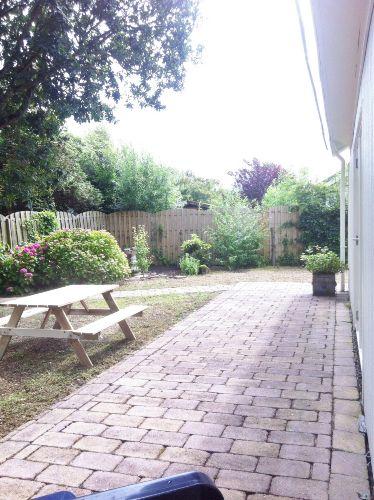 Garten mit Picknicktisch
