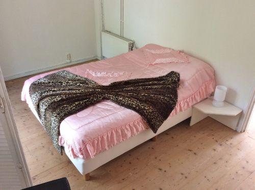 Unten 1 Schlafzimmer mit Doppelbett