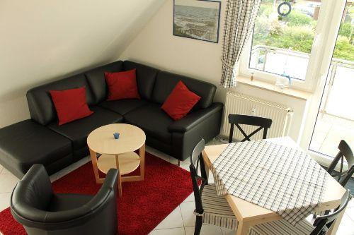 Wohnzimmer mit Esstisch und Balkon