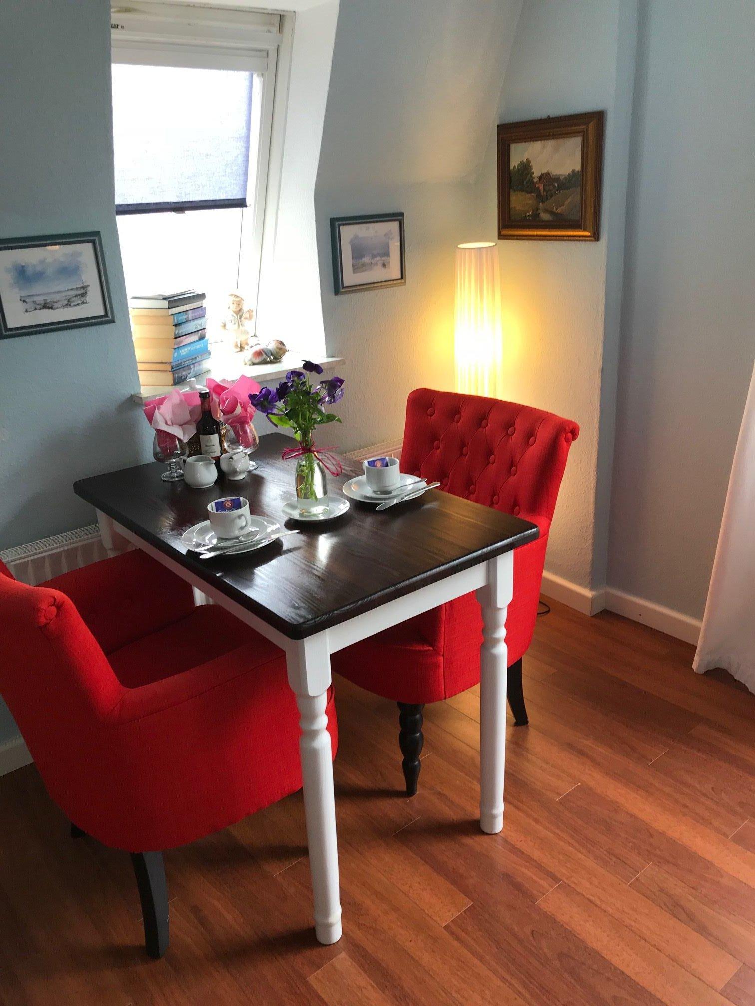 Die Sessel, mal rot mal gestreift