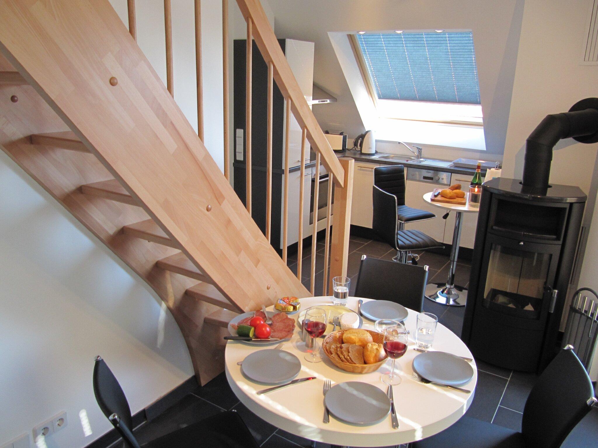 Ess- und Küchenbereich mit Kaminofen