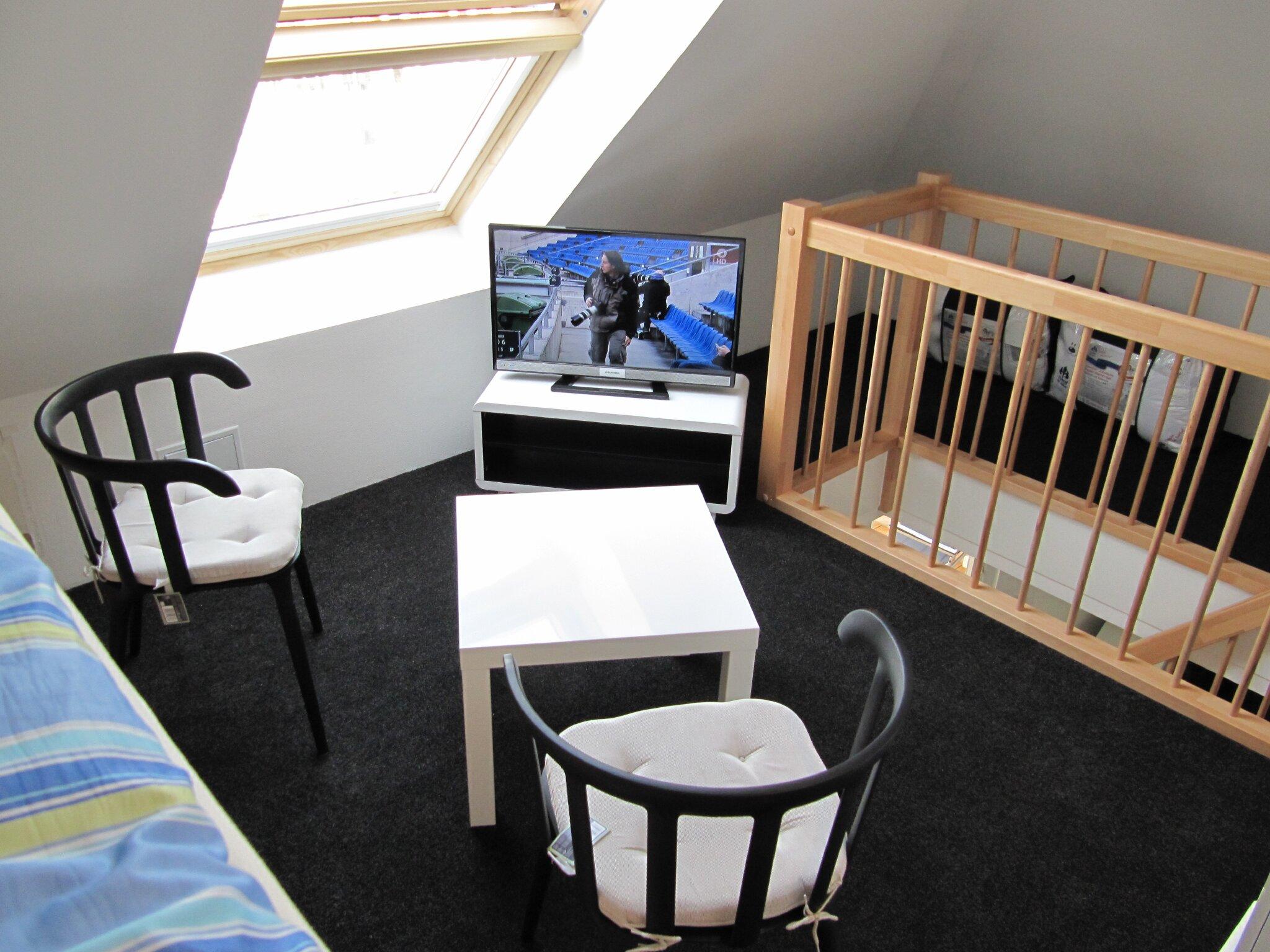 Galerie mit Sitzgruppe und TV